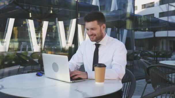Podnikatel pracuje na laptopu. Business Man psaní na notebooku venku