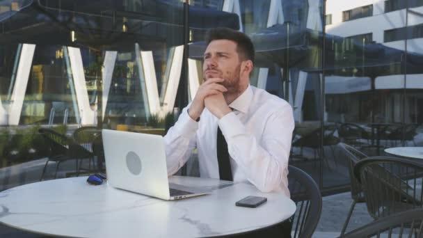 Podnikatel přemýšlí, dobrý nápad, řešení problému. Emoce obchodníka. Tvrdá práce na volné noze