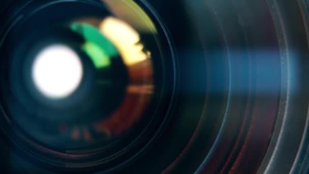 Fókuszáló objektív digitális fényképezőgép. A lencse a kamera. Közelről. Kamera fókusz élességállítást és a felvételkészítést. Professzionális szolgáltatás fogalmának fényképészeti vagy berendezés filmrendező.