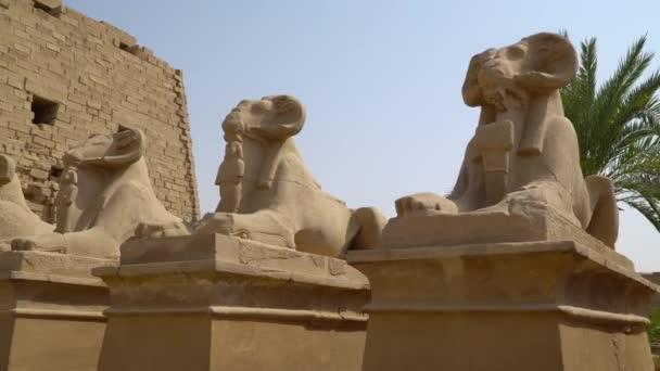 Karnak-Tempel in Luxor, Ägypten. Der Tempelkomplex von Karnak, gemeinhin als Karnak bekannt, besteht aus einer riesigen Mischung verfallener Tempel, Kapellen, Pylonen und anderer Gebäude in Ägypten.
