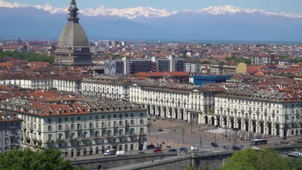 turin, torino, skyline-panorama aus der luft mit mole antonelliana, monte dei cappuccini und den alpen im hintergrund. Italien, Piemont, Turin.