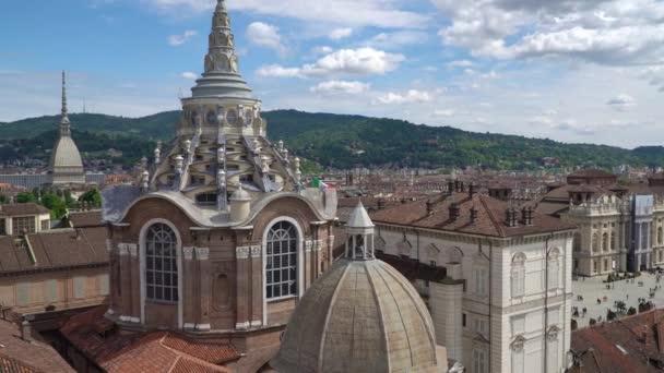 turin, torino, Skyline-Panorama im Zeitraffer aus der Luft mit mole antonelliana, monte dei cappuccini und den Alpen im Hintergrund. Italien, Piemont, Turin.