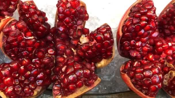 Detailní záběr na červené zralé šťavnaté granátové jablko je krásné pouzdro na ledě