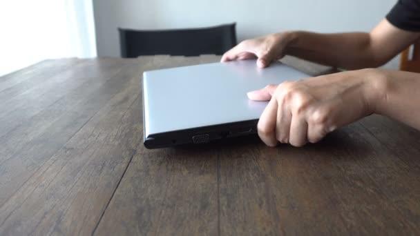 Frauenhände arbeiten und tippen auf Laptop oder Computer-Notebook-Tastatur auf Holztisch