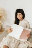 Porträt eines Teenagers mit einem Buch in der Hand. Dunkelhaarige Mädchen. Konzentration von Ruhe und Studium