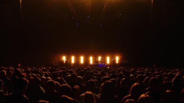 nagy tömeg előtt színpad-élő koncert