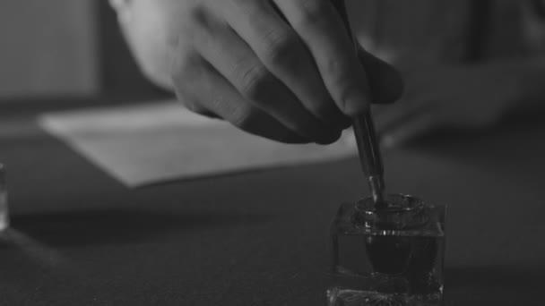ruční psaní dopisu nebo příběh s vintage brk a starých kusů papíru