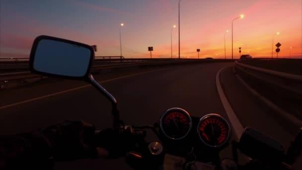 Motorkářská jízda na motorce jezdí na dálnici v sunrise