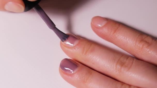 Anwendung von Gel-Lack auf Nägel. Pflege und Nägel zu Hause.