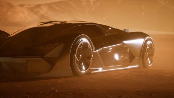 superauto při západu slunce v poušti