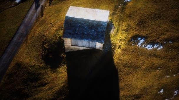 malá chatrč používaná jako stodola v horách Alp