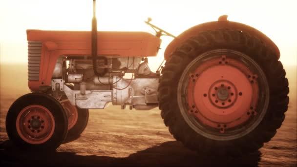 vintage retro traktor egy farmon sivatagban