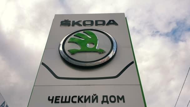 Rusko, Moskva, 08 / 10 / 2020 Zastupitelská kancelář prodejce koda automobilů v Rusku. Prodavač Kodových aut. Stele s názvem značky auta.