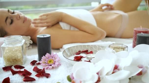 Rehabilitáció és lábmasszázs a modern spa panorámás ablakokkal. Egészségügy és önellátás