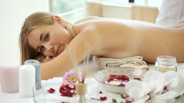 Blonďatí pacienti masírují v lázních proti celulitidě. Zdraví a medicína