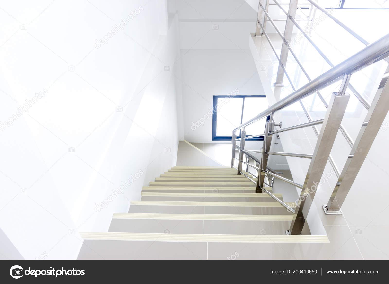 Het platform huis interieur trap rvs leuningen u stockfoto