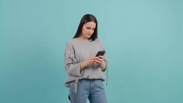 Junge Frau mit Smartphone. Mädchen SMS an ihren Freund auf ihrem Handy.