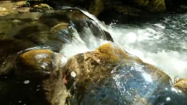 Horní pohled na přírodní malý vodopád v rozlišení 4K, Kouiassa cesta, Tzoumerka, Řecko.