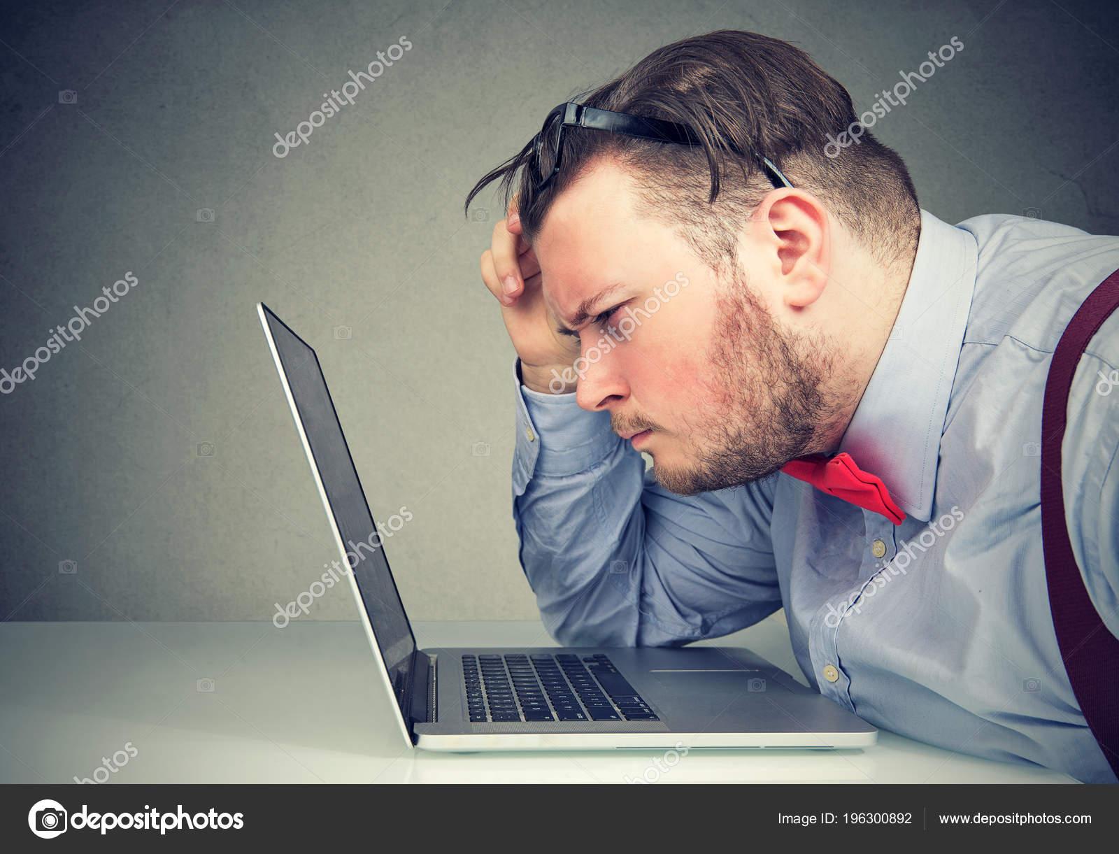 3cf77d1ad5 Closeup Επιχείρηση Άνθρωπος Βγάζοντας Γυαλιά Του Έχοντας Προβλήματα Όρασης  Είναι– εικόνα αρχείου
