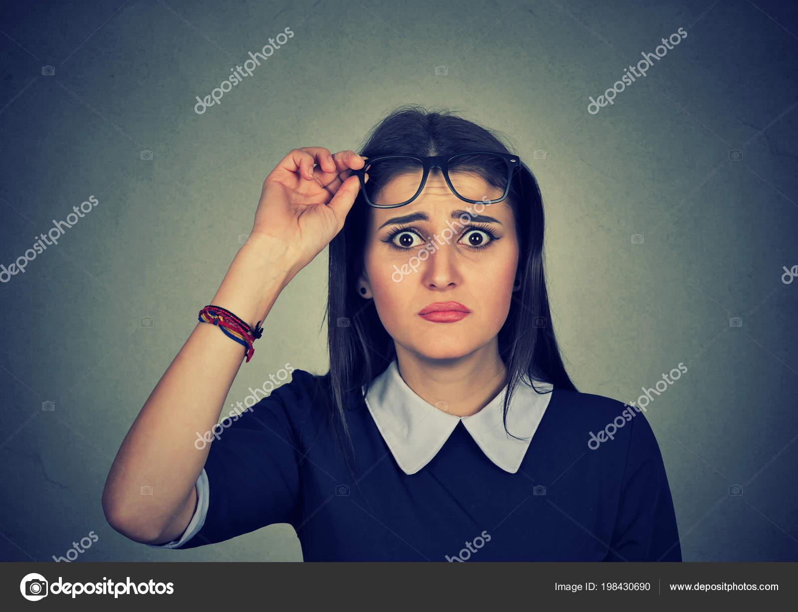 b161123c40 Bastante Joven Mujer Quitándose Anteojos Mirando Cámara Cuestión Tiene  Problemas– imagen de stock