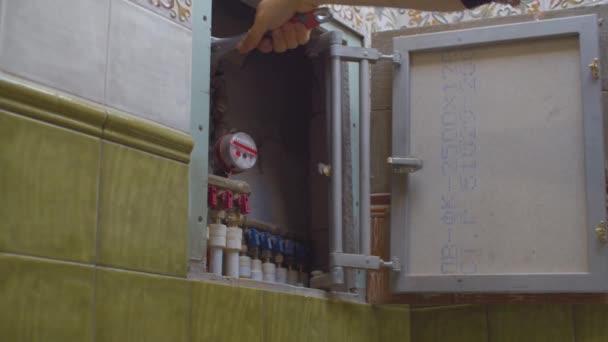 Hand eines Arbeiters blockiert Wasser in einer Wohnung