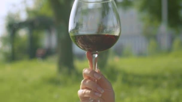 Ein Glas Wein in der Frauenhand