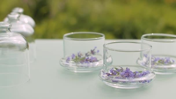 Levandulové květiny ve sklenicích