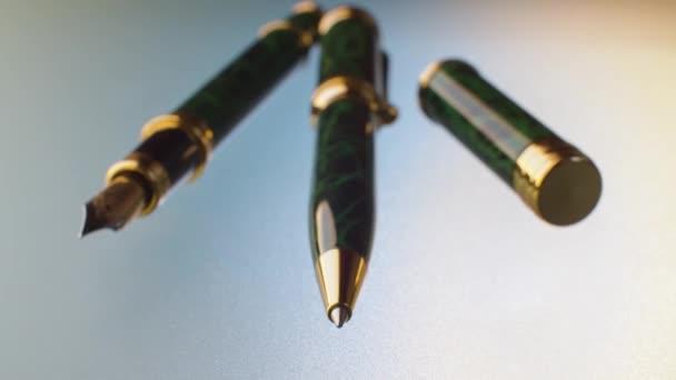 Kugelschreiber und Füller auf dem Glastisch