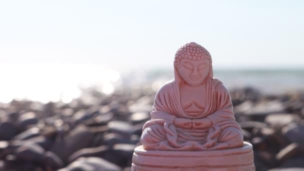 Buddha figura a háttérben a tengeri hullámok.