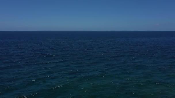 Dron záběry křišťálově čisté modré vody v krásném slunečném dni bez ničeho na obzoru