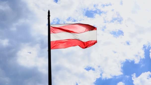 Ve spielberk hradu v České republice, vlajka Brno mávat obloha plná mraků, natáčení video podsvícení, zpomalené 120 rám