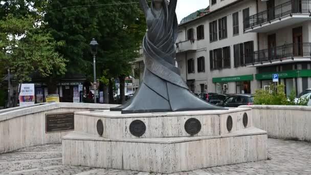 emlékmű a líra elhelyezett téren a város rieti