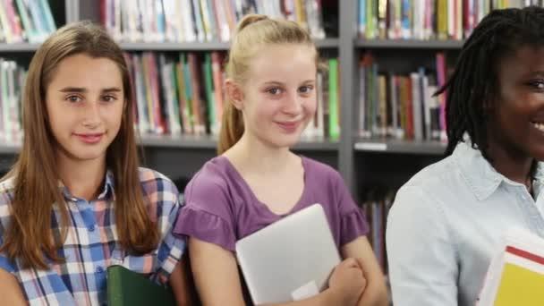 Portrét studentů středních škol s přáteli v knihovně