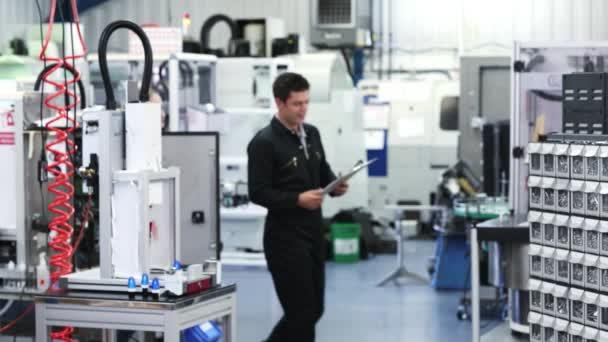 Inženýr v továrně na diskusi o komponentu s ženské učeň