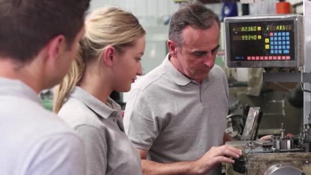 Inženýr výuku učňů použitelný soustruh v továrně