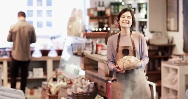 Ať se usmívám majitele Lahůdkářství Shop na sobě zástěru drží bochník chleba