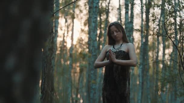 Női varázsló az erdőben. Széles lassított felvétel
