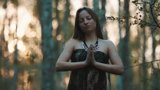Ženské čarodějnice v lese. Široký zpomalený výstřel. Modlitba nebo magický rituál