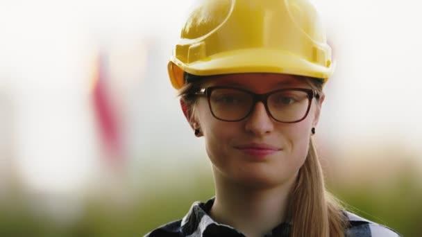 Porträt einer jungen kaukasischen Bauingenieurin. Frau mit Brille und gelbem Hut