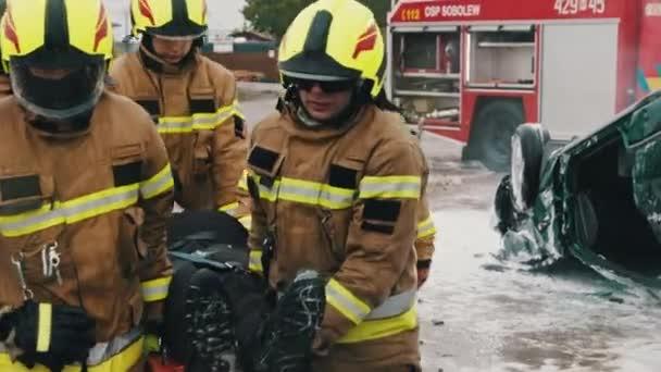 Hasiči zachraňují zraněnou osobu po autonehodě. Zpomalený pohyb