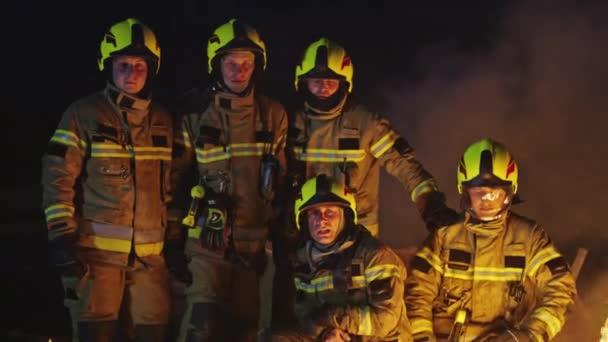 Záchranný tým hasičů před požárem. Výcvik hasičů pro případ nouze