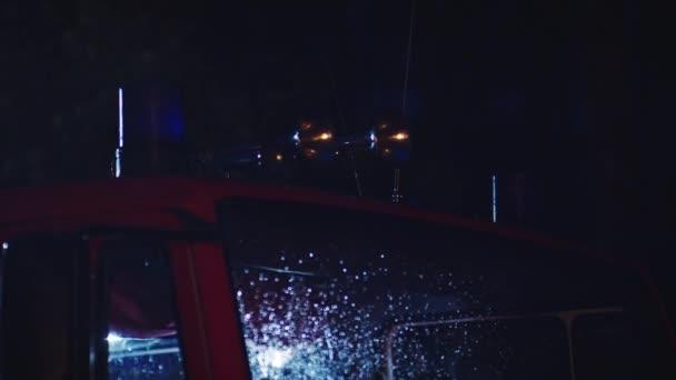 Požární motor v noci. Zavřít záběr nouzového světla a sirény