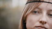 Portré gyönyörű fiatal hippi lelki kaukázusi nő az erdőben
