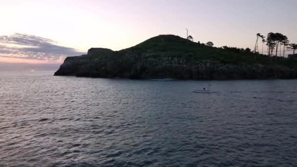 A Lekeitio kikötőjét hajnalban elhagyó halászhajók