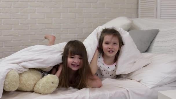 két aranyos kis gyermekek lányok fedezésére takaró.