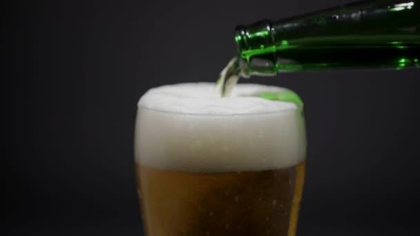 Pivo se nalévá do skla