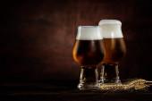 dvě skleničky studeného Zlatého piva a pšeničných spikeletů