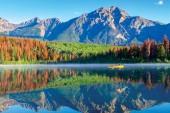 Fotografie Bootfahren auf Patricia Lake im Jasper National Park mit Pyramide-Berg im Hintergrund und heitere Reflexionen auf der Wasseroberfläche