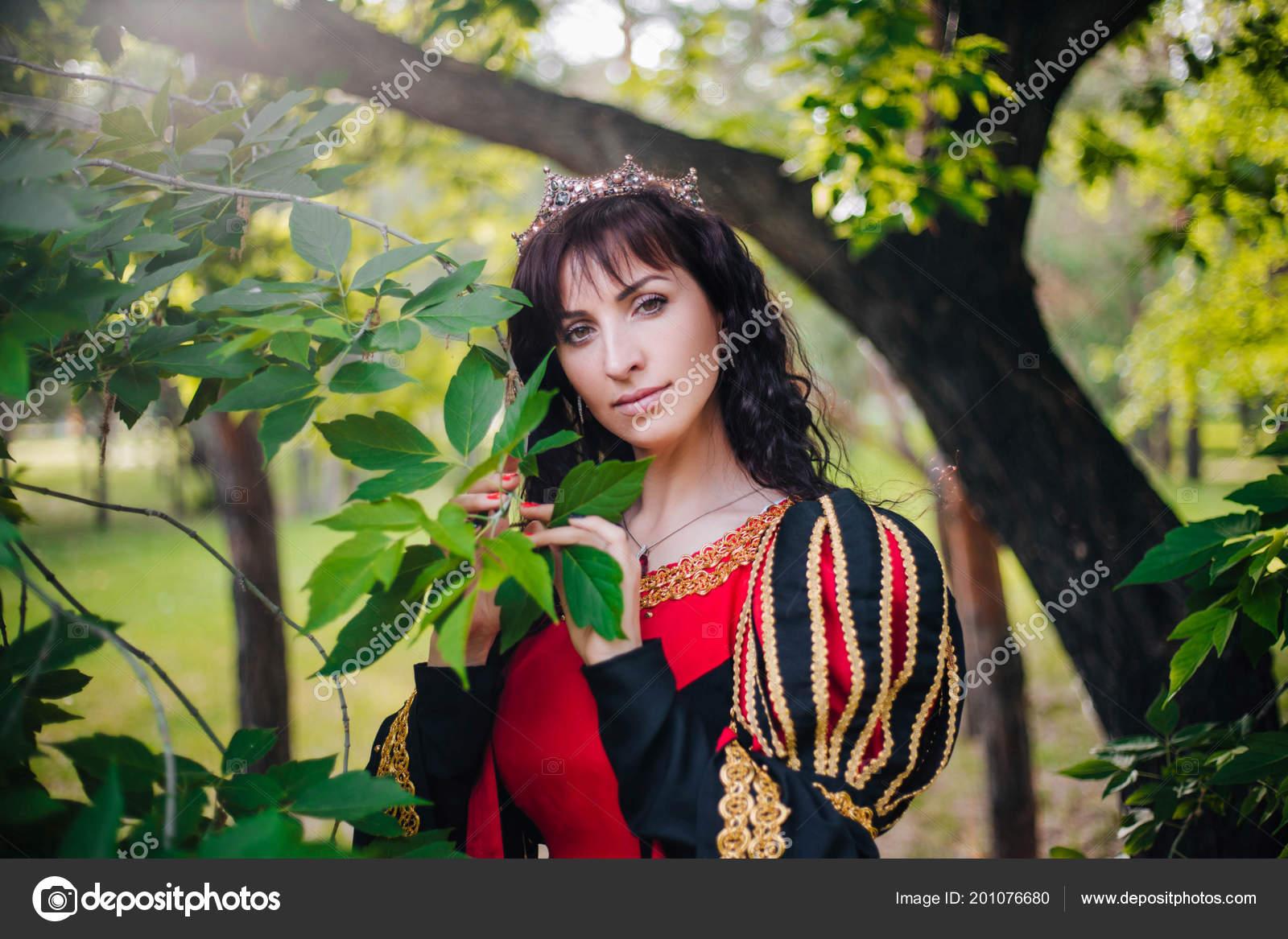 c81ca8c1371 Reine Belle Jeune Fille Couronne Fantaisie Robe Médiévale Noir Rouge–  images de stock libres de droits