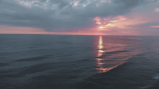 letí nad mořem směrem k krásnému červenému západu slunce